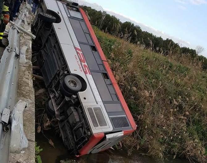Autobus fuori strada sulla SS 106, un morto e 2 feriti