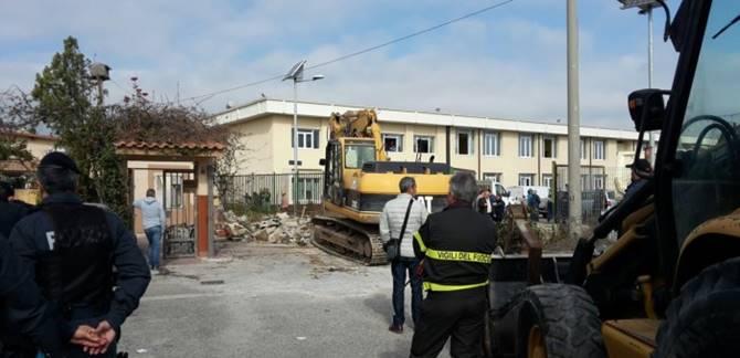 Crotone, abbattute costruzioni abusive (foto Il Crotonese)