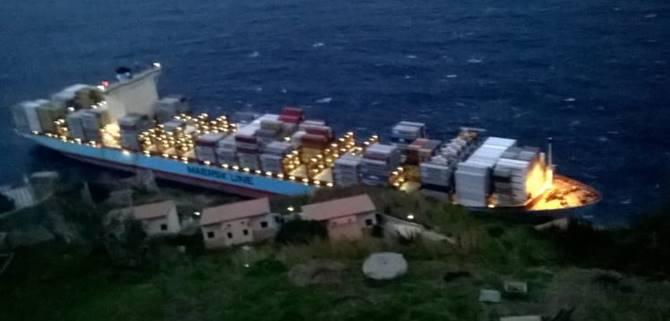 La nave portacontainer finita sugli scogli