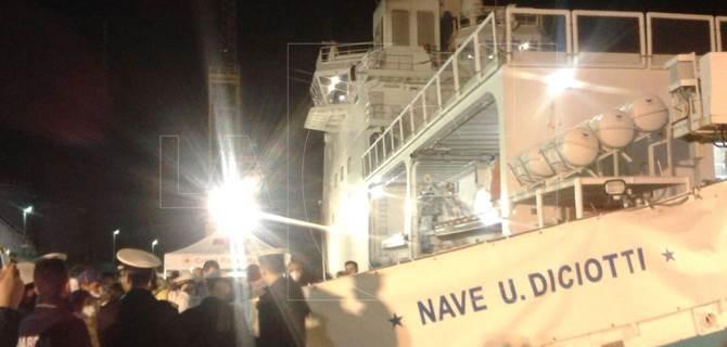 L'arrivo della nave nel porto di Vibo Marina
