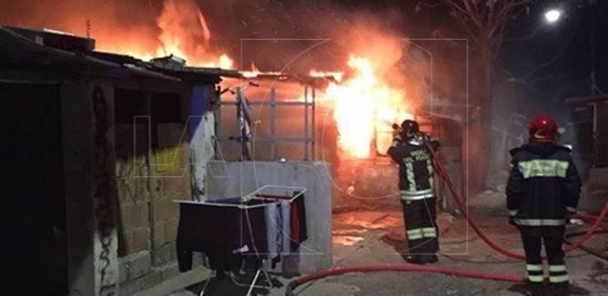 Vigili del fuoco al lavoro nel campo rom