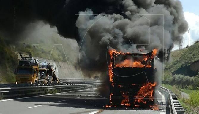Autobus in fiamme sulla Salerno-Reggio