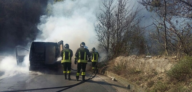 Il furgone in fiamme