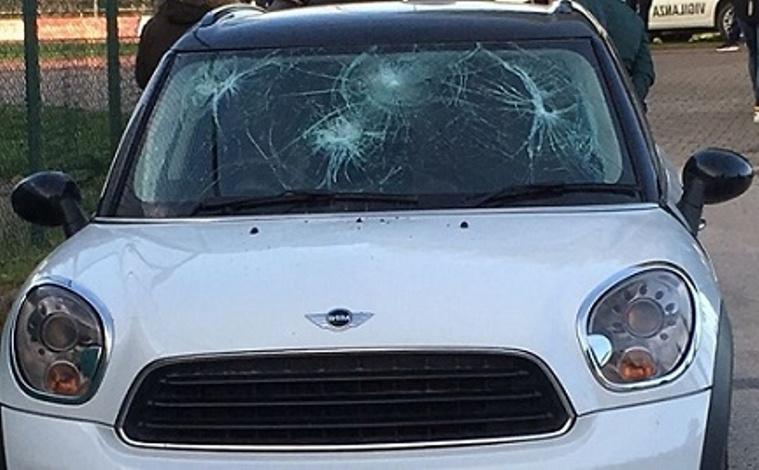 L'auto danneggiata dai tifosi