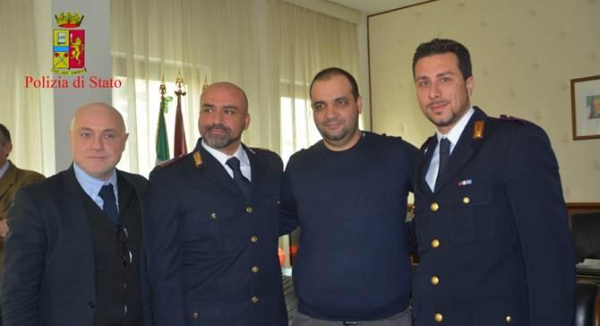 Luciano Fida con gli agenti e il Questore