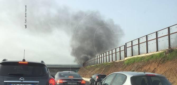 Code e rallentamenti sull'A3 a causa di un automezzo in fiamme