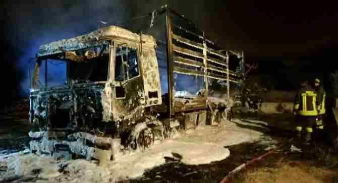 Incendiato camion a Falerna