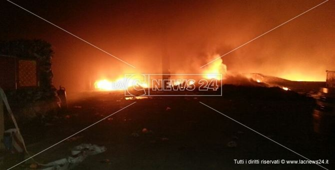 In fiamme azienda di stoccaggio a Gioia Tauro