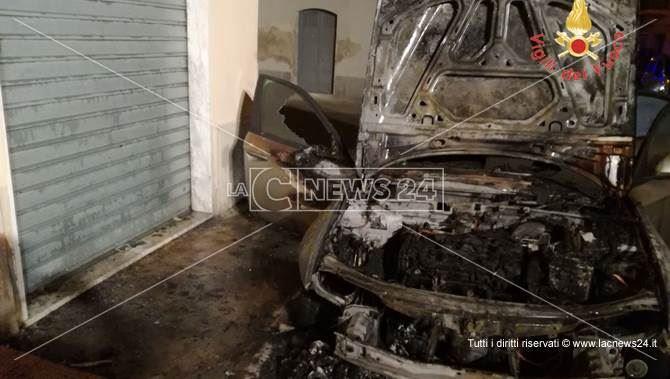 Lamezia, a fuoco auto