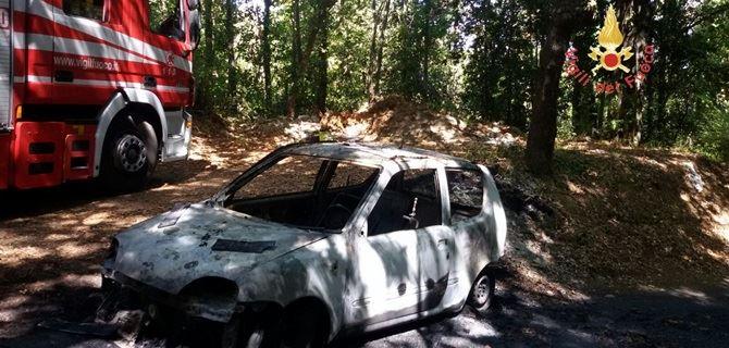 Auto completamente distrutta ad Amaroni
