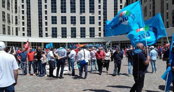La manifestazione davanti alla Cittadella regionale