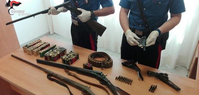 L'arsenale scoperto dai carabinieri in casa del 48enne di Lamezia