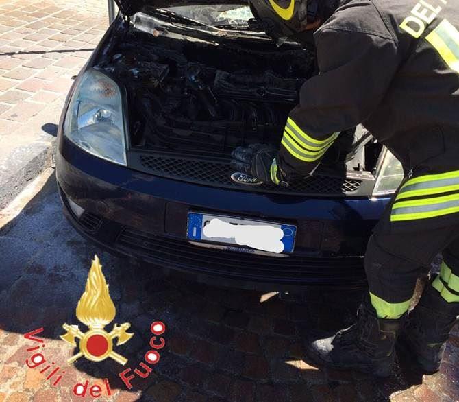 L'auto incendiata a Catanzaro