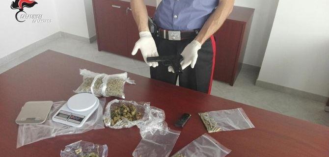 La pistola e la droga sequestrata