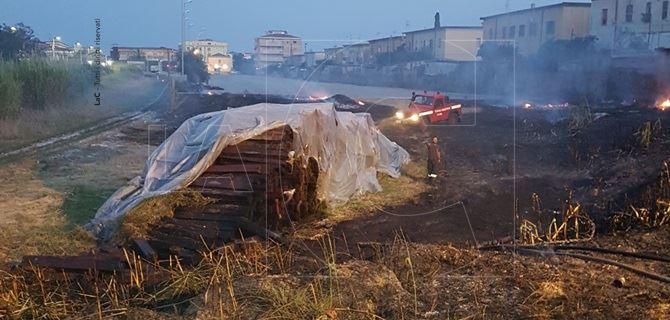 Incendio nel rione Fortuna a ridosso del centro abitato