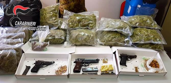 La droga, le armi e le munizioni rinvenute