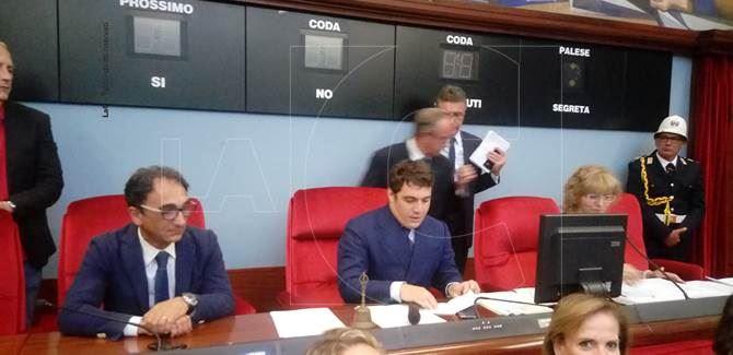 Marco Polimeni, presidente del Consiglio comunale. A sinistra il sindaco Sergio Abramo e a destra il segretario comunale Vincenzina Sica