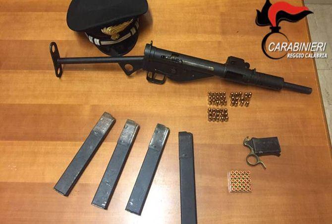 La mitragliatrice, i caricatori e le cartucce rinvenute