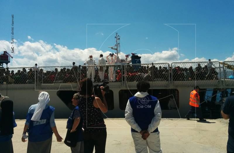 Migranti: due navi in Calabria, 32 salme