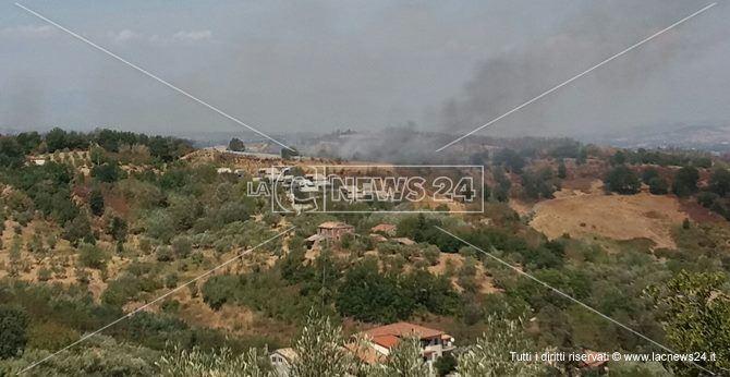 Emergenza incendi nel Cosentino, traffico bloccato tra Altilia e Rogliano