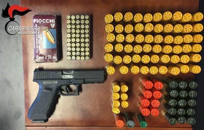 La pistola e le munizioni rinvenute
