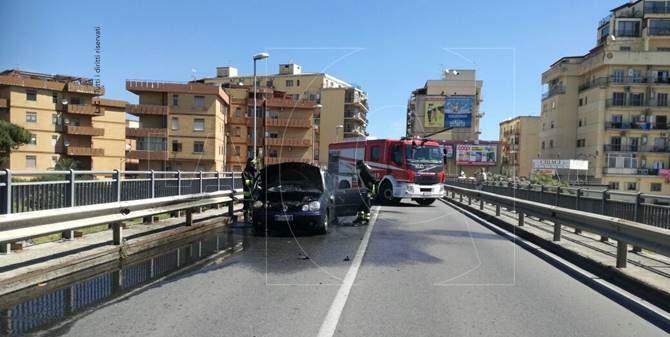 Auto in fiamme a Catanzaro