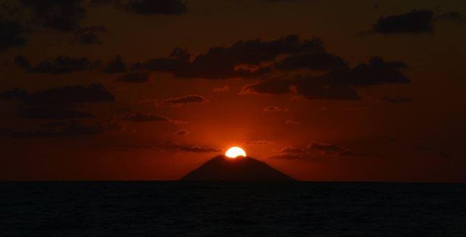 Il tramonto sullo Stromboli - Foto Ernesto Stella