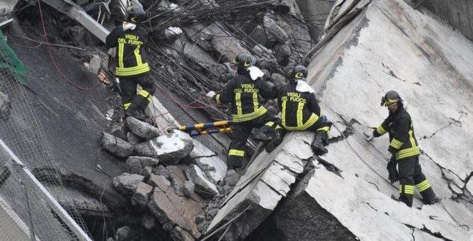 I vigili del fuoco scavano tra le macerie