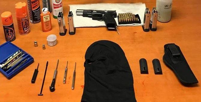 La pistola e le cartucce sequestrate