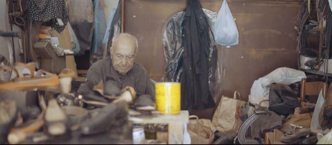 Il calzolaio Vincenzo nella sua bottega a Roma
