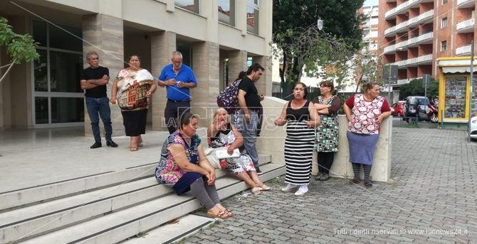 La protesta di alcune famiglie di etnia rom a Lamezia