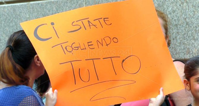 Uno dei manifesti esposti durante una manifestazione a difesa dell'ospedale