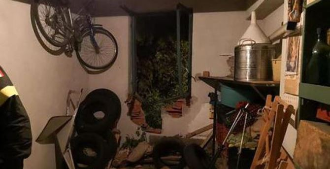 Il garage sul quale si è abbattuta la frana