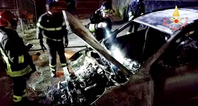 Auto in fiamme a Lamezia