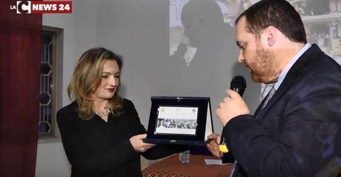 La consegna del premio al direttore del Tg di LaC, Cristina Iannuzzi