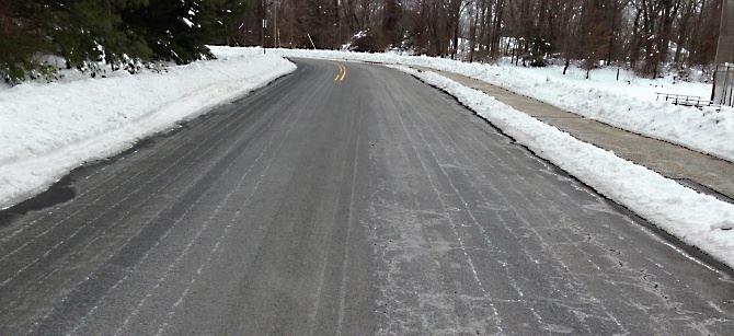 Strada con ghiaccio e neve