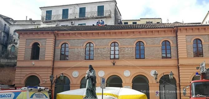 Gli operai saliti sul tetto