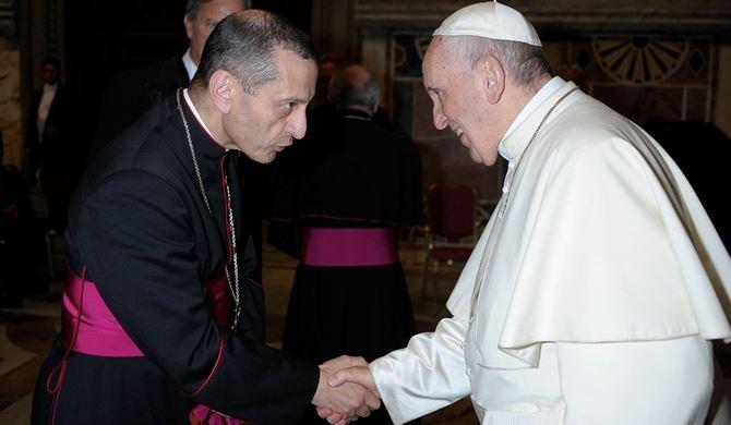 Monsignor Frank Caggiano insieme al Pontefice