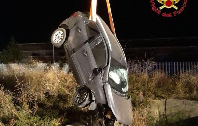 Il relitto dell'auto recuperata dai Vigili del Fuoco