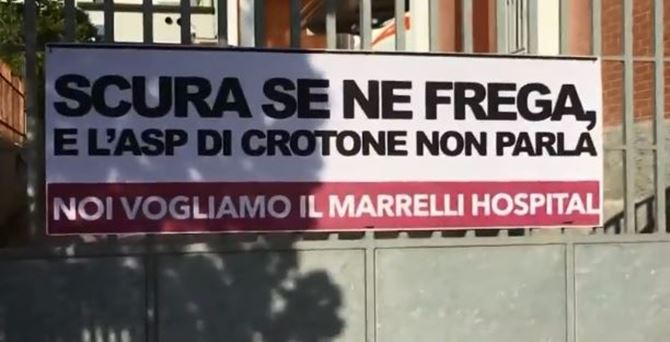 Il cartello affisso sul cancello del Marrelli Hospital