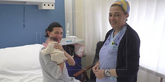 Monica Giuliano insieme alla piccola Chiara e all'ostetrica