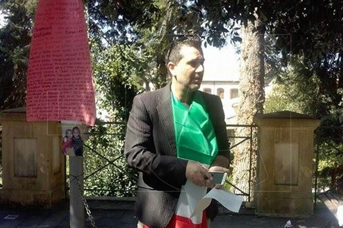 La protesta di Emiliano Russo davanti al tribunale di Vibo Valentia