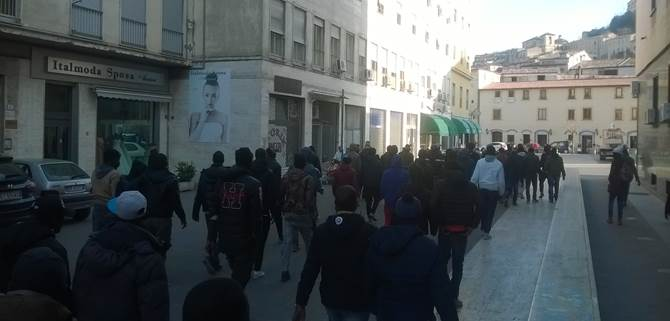 Il corteo degli ambulanti in protesta a Cosenza