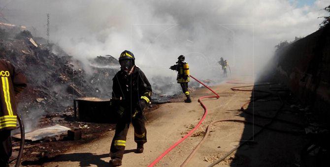 I Vigili del fuoco intervenuti per domare l'incendio nel campo rom